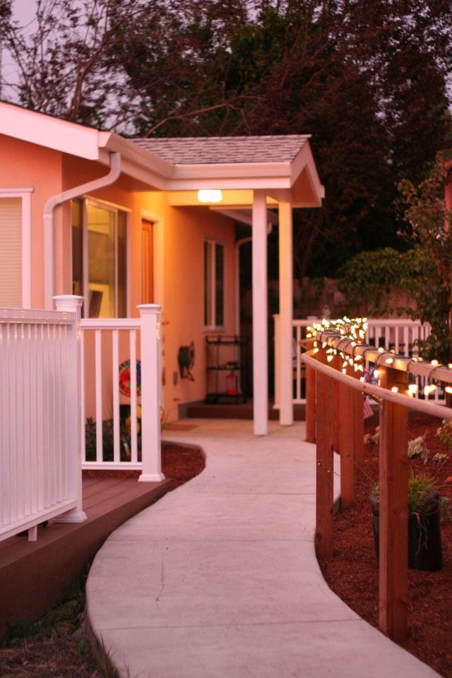 white-plain-cozy-cottage (5)