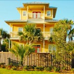 บ้านทรงหอคอยขนาด 3 ชั้น สีสันสดใสสะดุดตา ตกแต่งภายในหรูหรา ครบครัน