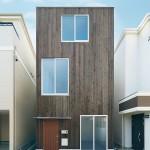 """บ้านหน้าแคบทรงสูงสไตล์ญี่ปุ่นจาก """"Muji"""" เรียบง่าย เท่ และลงตัว"""