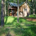 กระท่อมไม้กลางป่า กับห้องนอนแบบลอฟท์ ครบครันและลงตัว ในพื้นที่ขนาดจำกัด