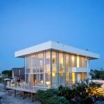 บ้านโมเดิร์นริมทะเล โดดเด่นที่ผนังกระจกและความโล่งสบาย