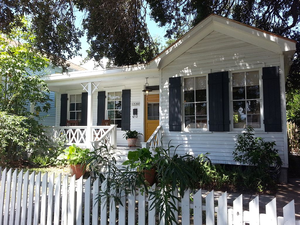 white cozy cottage (1)