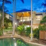 บ้านสองชั้นดีไซน์ดั้งเดิม เสริมความเป็นธรรมชาติพร้อมสระว่ายน้ำส่วนตัว