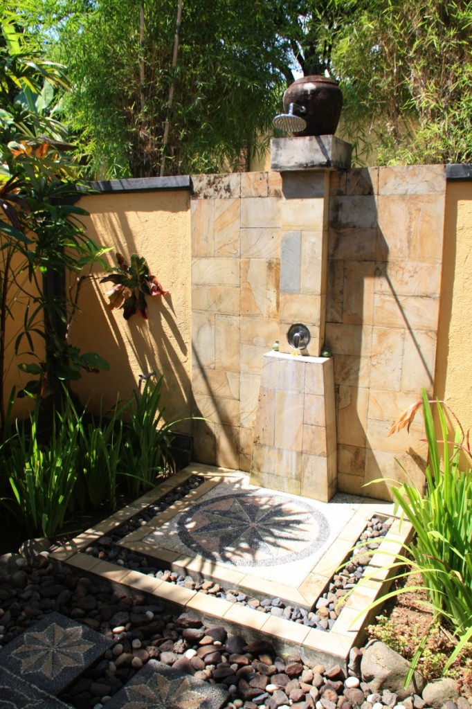 21-wonderful-outdoor-shower-and-bathroom-design-ideas (12)