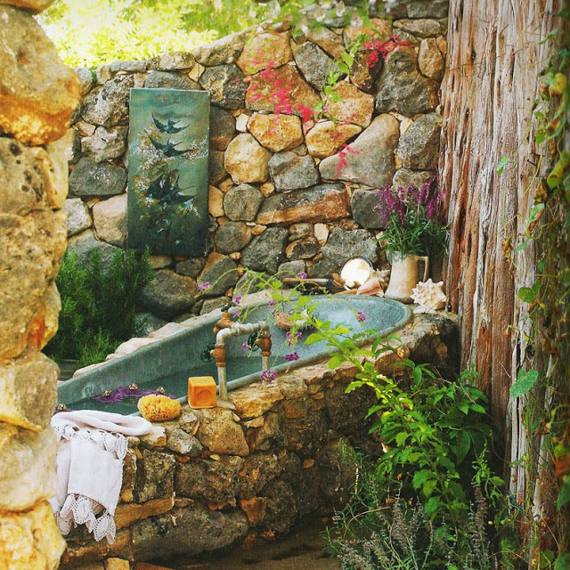 21-wonderful-outdoor-shower-and-bathroom-design-ideas (17)