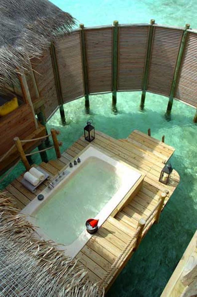 21-wonderful-outdoor-shower-and-bathroom-design-ideas (18)