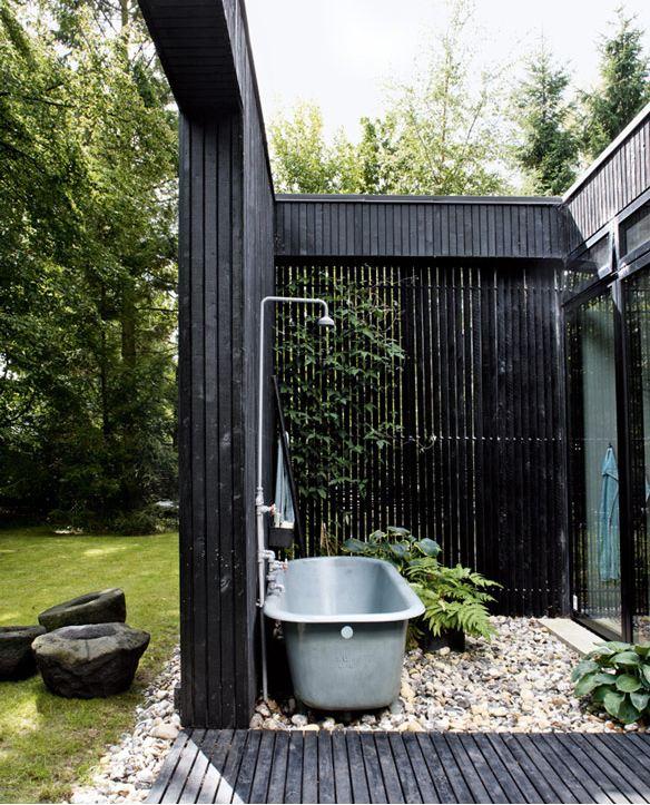21-wonderful-outdoor-shower-and-bathroom-design-ideas (7)