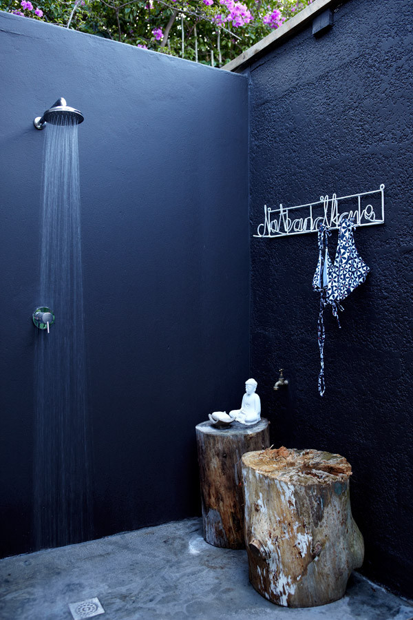 21-wonderful-outdoor-shower-and-bathroom-design-ideas (8)
