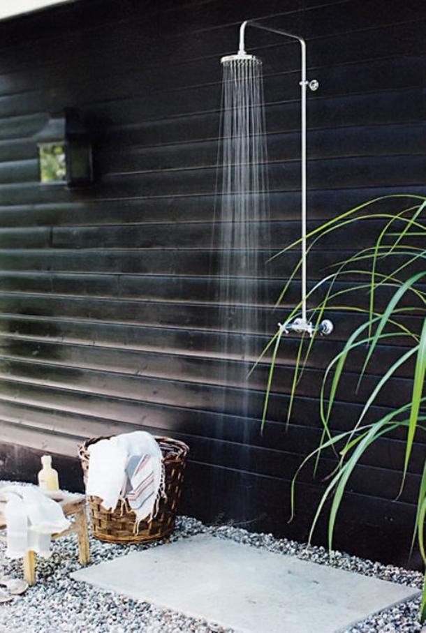 21-wonderful-outdoor-shower-and-bathroom-design-ideas (9)