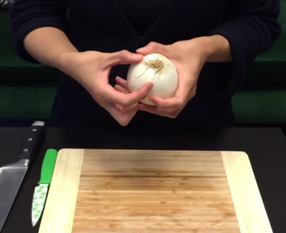 How To Cut An Onion Without Crying (1)