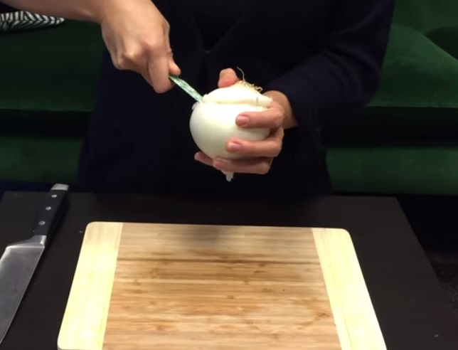How To Cut An Onion Without Crying (3)