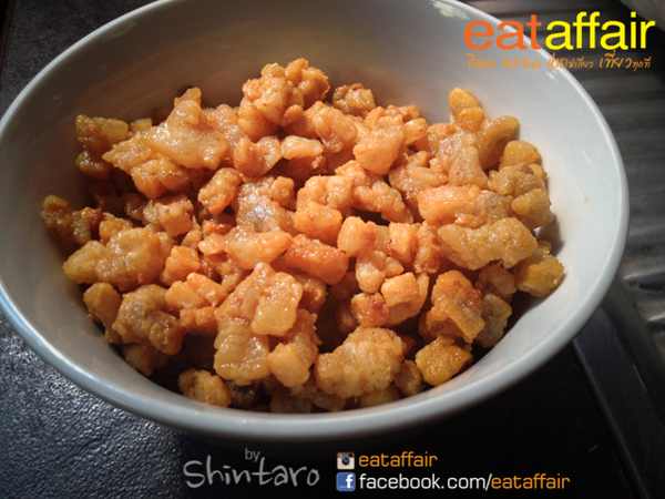 spicy-crackling-salad-with-salted-egg-recipe (10)