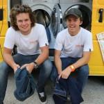 """สองหนุ่มออสซี่ กับไอเดียสุดเจ๋ง """"เปลี่ยนรถตู้ให้กลายเป็นร้านซักผ้าเคลื่อนที่"""""""