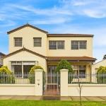 บ้านปูนโทนสีเหลืองขนาด 2 ชั้น สีสันสบายตา รองรับการใช้ชีวิตสำหรับครอบครัวขนาดกลาง