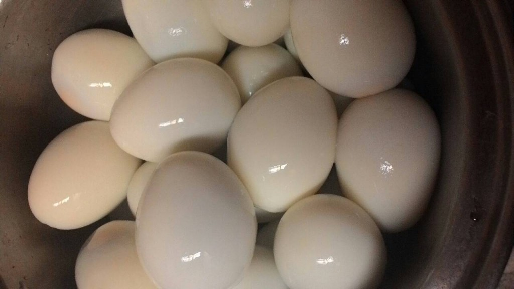 how to peel hard boiled eggs quickly (1)