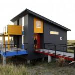 """บ้านสไตล์โมเดิร์นทรงใต้ถุน """"Ocean Retreat"""" กับสีสันโดดเด่นเพลินตา"""