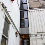 ตู้คอนเทนเนอร์ 6 ตู้ สร้างเป็นบ้านหน้าแคบ 3 ชั้น ใจกลางเมืองนิวยอร์ค