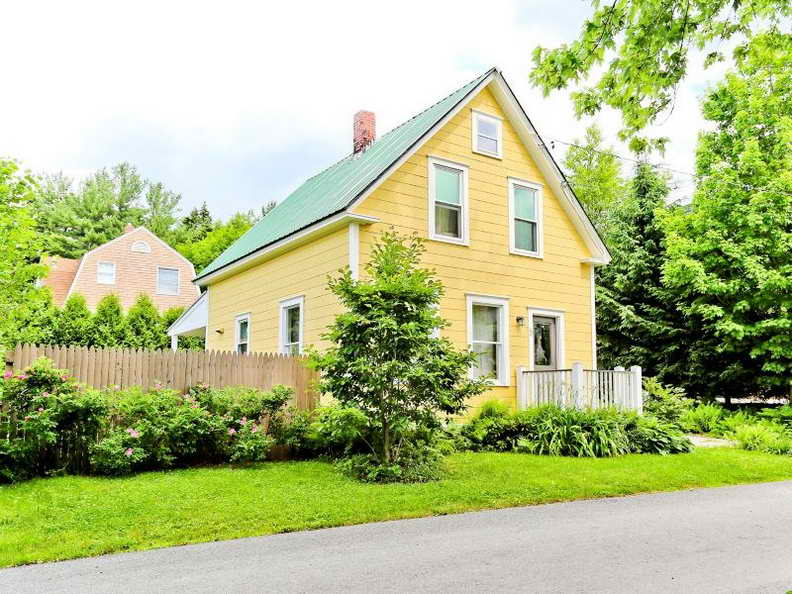 1000-sq-ft-2-storied-yellow-cozy-cottage (13)