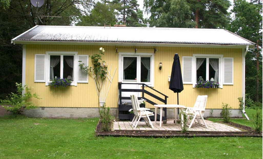 cozy yellow traditional cottage  (3)