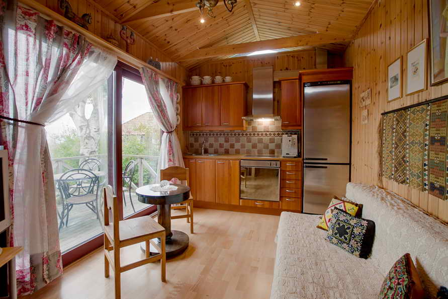 small cottage with cozy patio (4)