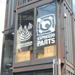 พาชม!! ร้านกาแฟทรงตึก สร้างจากตู้คอนเทนเนอร์ โดดเด่นใจกลางเมือง กินพื้นที่เพียง 10 ตร. ม. เท่านั้น!!