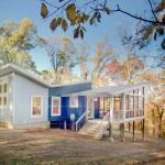 แปลงโฉมบ้านไม้เก่า ให้กลายเป็นบ้านโมเดิร์นหลังคาปีกผีเสื้อ สีสันสดใส