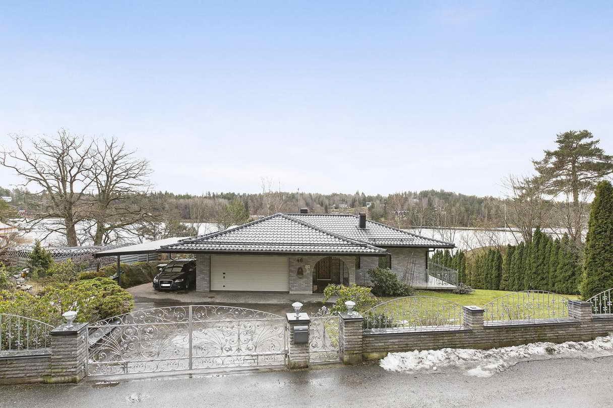 2-stories-elegant-gray-house (1)