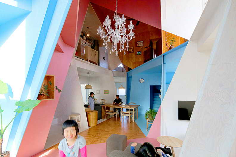 suburban house with incredible pop art interior (2)
