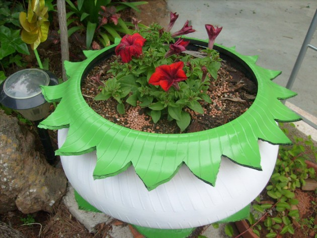 17-ideas-to-recycle-old-trash-into-garden-decorations (1)