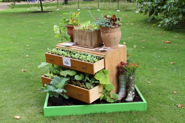 17-ideas-to-recycle-old-trash-into-garden-decorations (15)
