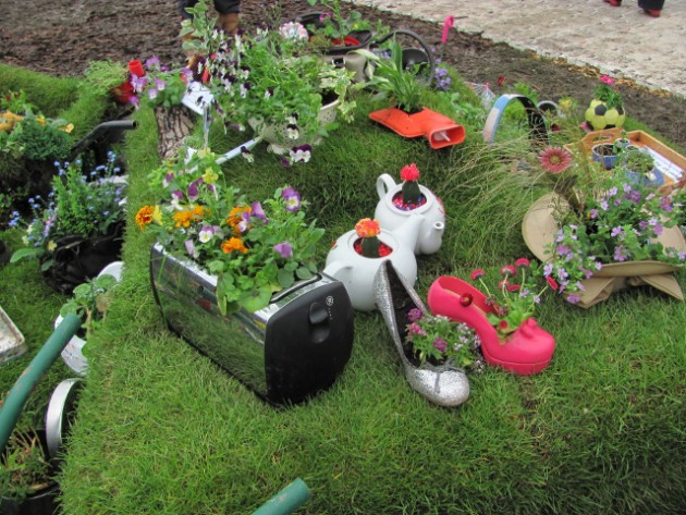 17-ideas-to-recycle-old-trash-into-garden-decorations (17)