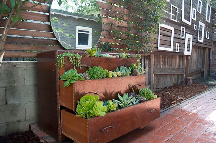 24 ideas to recycle old furniture into garden decorations (12)