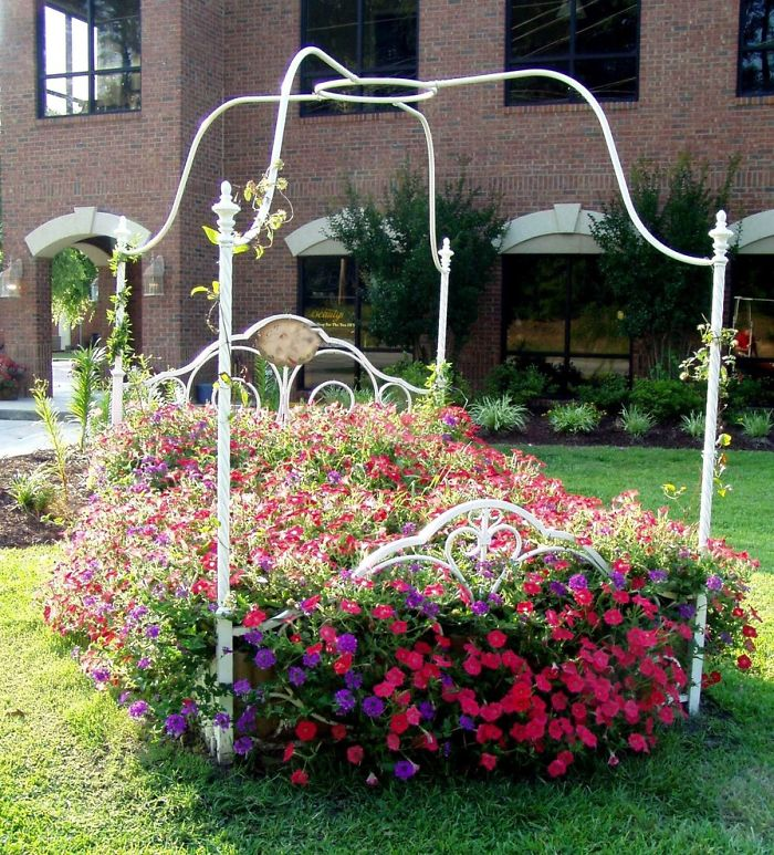 24 ideas to recycle old furniture into garden decorations (17)