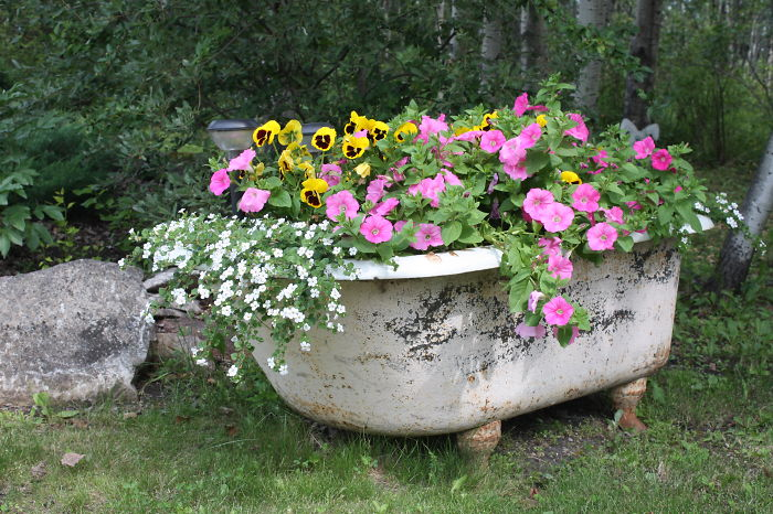 24 ideas to recycle old furniture into garden decorations (6)