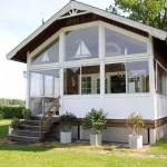แบบบ้านคอทเทจชั้นครึ่ง สร้างความโปร่งโล่งด้วยกระจกใส ในรูปวินเทจเรียบง่าย