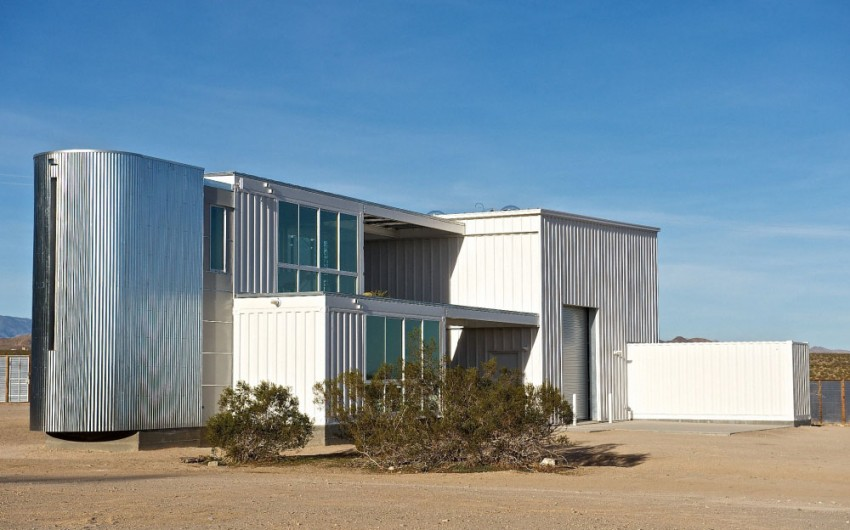 First-Shipping-Container-House-in-Mojave-Desert-01-850x530