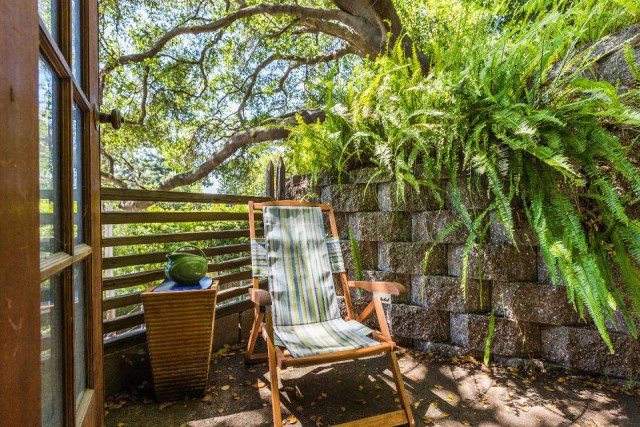 bernard-maybeck-the-cubby-bedroom-patio-via-smallhousebliss