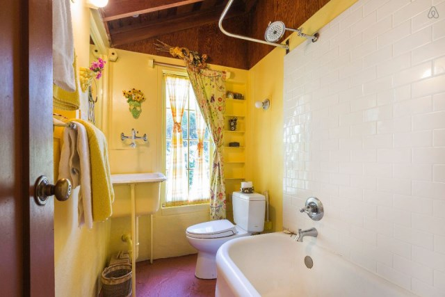 bernard-maybeck-the-cubby-ensuite-bathroom-via-smallhousebliss