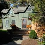 บ้านคอทเทจขนาดเล็ก โทนสีเขียวธรรมชาติ ออกแบบพร้อมชานบ้านขนาดพอเหมาะ