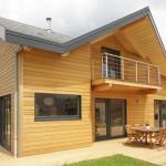 บ้านไม้สองชั้น ออกแบบผสมแนวโมเดิร์นคอทเทจ โดดเด่นด้วยหน้าจั่วทุกด้าน