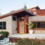 """บ้านขนาดกลาง บนความสุขขนาดใหญ่ """"บ้านโมเดิร์นสไตล์ดิบ"""" ผสานงานปูนเปลือยและงานไม้อย่างลงตัว"""