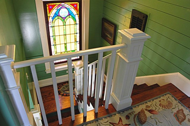 gmfplus-katrina-cottage-stairwell-via-smallhousebliss