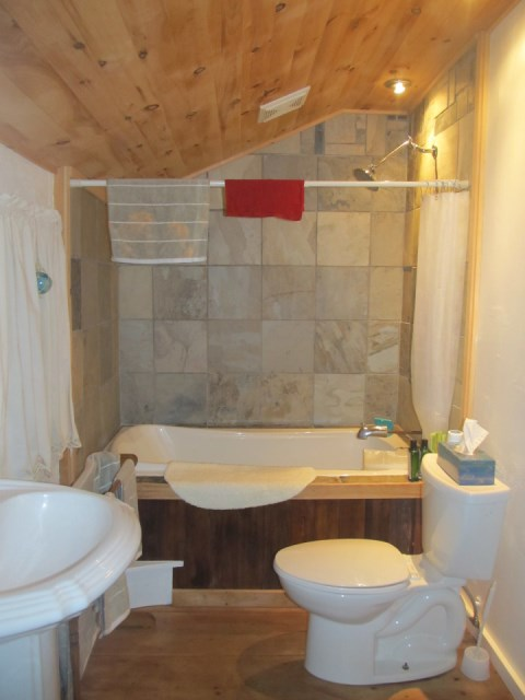 grand-manan-cottage-bathroom2-via-smallhousebliss