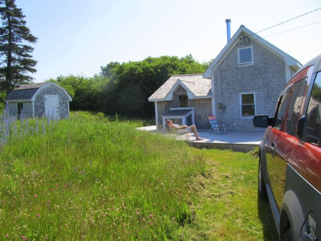 grand-manan-cottage-exterior7-via-smallhousebliss