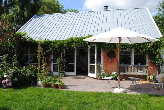 hellerup-cottage-exterior3-via-smallhousebliss