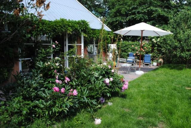 hellerup-cottage-exterior4-via-smallhousebliss