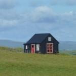 คอทเทจสีดำ บ้านไม้หลังเล็ก บนพื้นที่ที่โล่งกว้าง