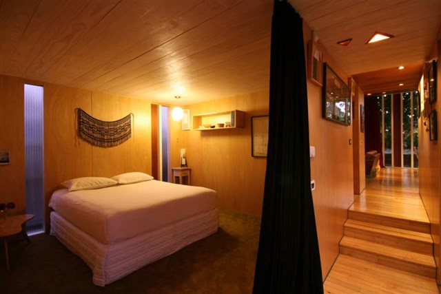 osullivan-family-home-parents-bedroom-via-smallhousebliss