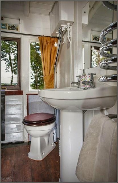 railholiday-mevy-bathroom1-via-smallhousebliss