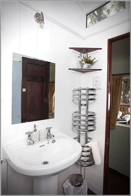 railholiday-mevy-bathroom3-via-smallhousebliss